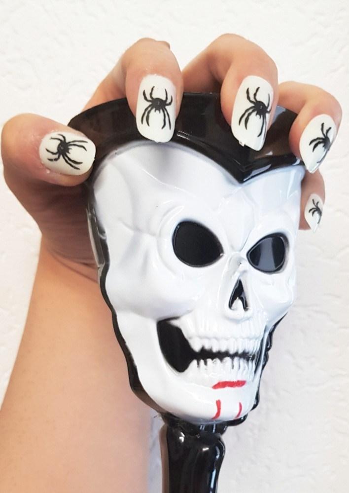 doodskopbeker-met-nagels.jpg